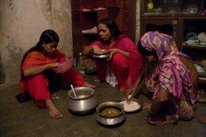 Joli Akhter, obrera de la confecció, i la seva familia esmorzant. Dhaka, Bangladesh, August 2009. Foto de Taslima Akhter/Clean Clothes Campaign